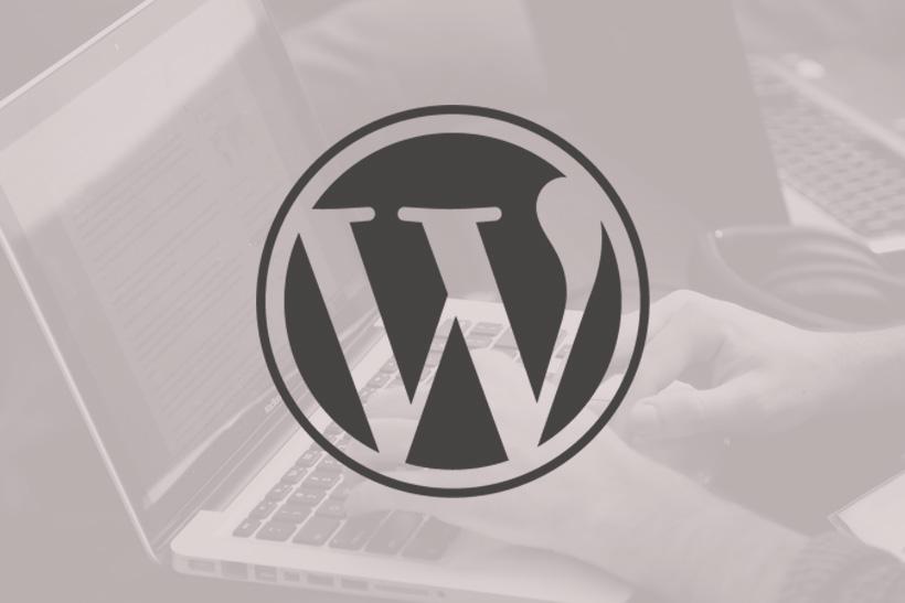 WordPress Logo mit Laptop als Hintergrund. Beitragsbild 5 Gründe für WordPress