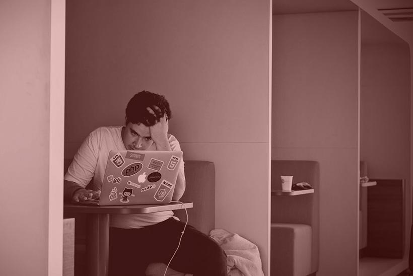 Mann verzweifelt vor Laptop, wegen Webdesign und WordPress